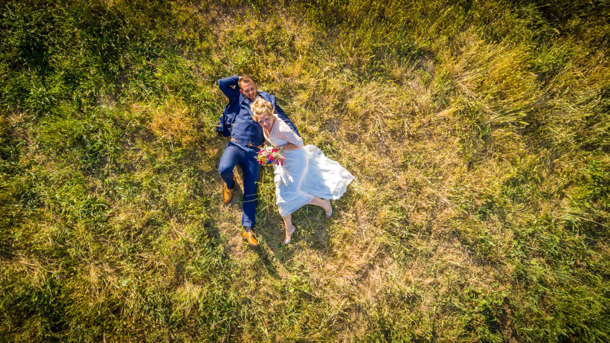 allongés dans l'herber - photo de couple par drone